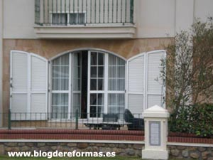 Contraventanas en fachada